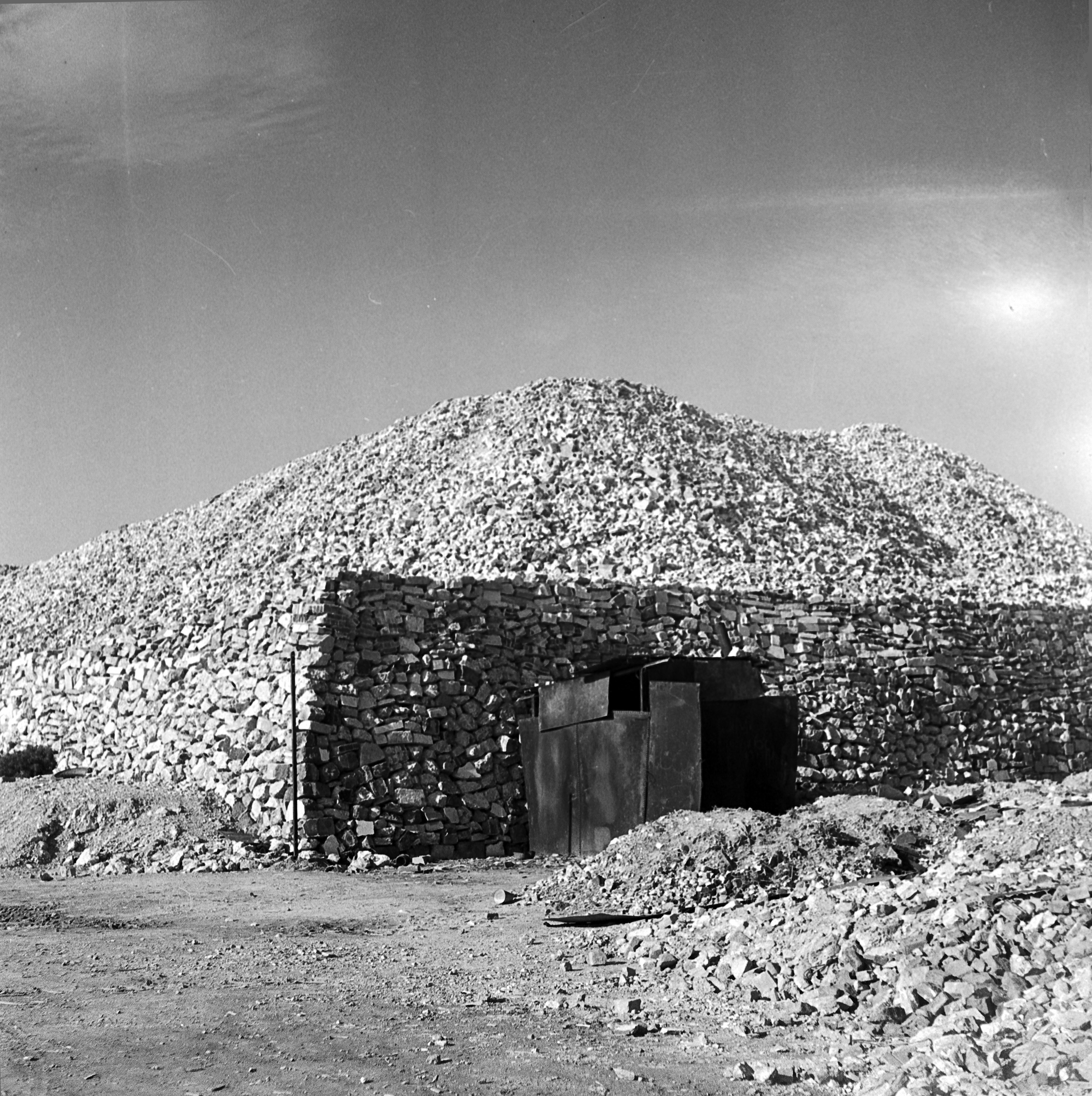 Numérisation du négatif 6x6 cm n°4168 :  Le Havre, récupération de matériaux, 1946