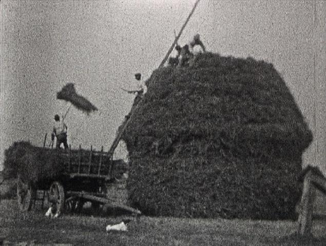Photogramme issu du film amateur : « Construction d'une meule à Fresnay » de André Noufflard, film 9,5mm, 1928, NB, muet © POLE IMAGE HAUTE-NORMANDIE