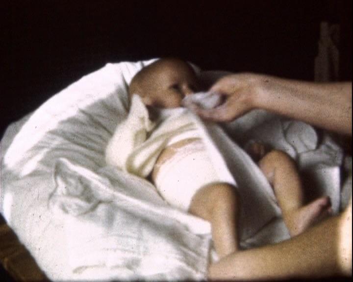 « Film de famille prieur : Lange de bébé » de Robert Prieur, 1950, 8mm, couleur, muet © MAHN/POLE IMAGE HAUTE-NORMANDIE